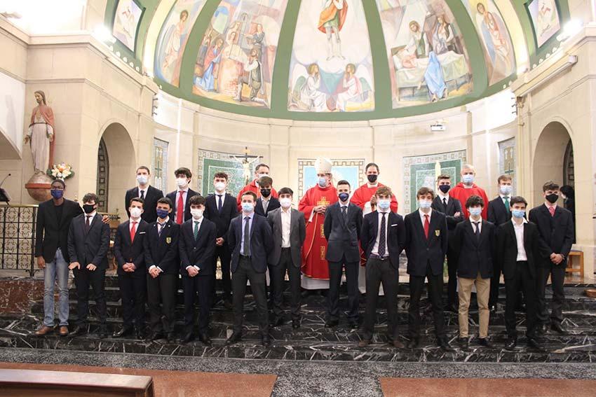 Los alumnos de 2º de Bachillerato reciben el sacramento de la Confirmación