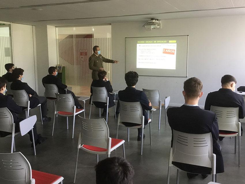 Programa de Orientación Académica: los alumnos reciben una sesión informativa sobre carreras militares